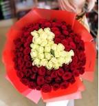101 троянда з білим серцем